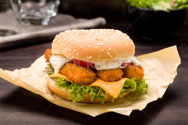 Balık Burger parmaklar taze marul domates Stok fotoğraf © Moradoheath