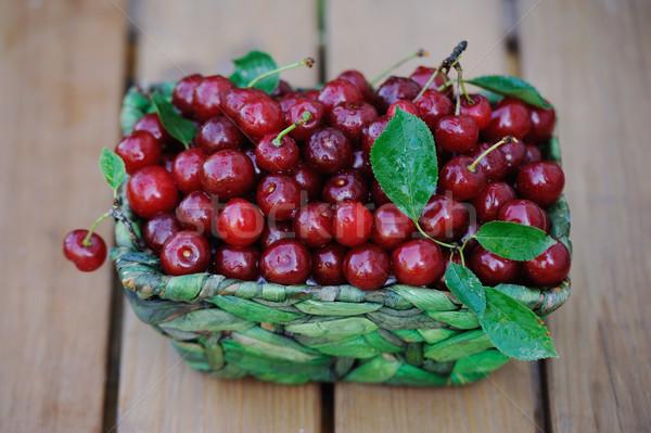 Suculento maduro cerejas cesta mesa de madeira ao ar livre Foto stock © Moravska