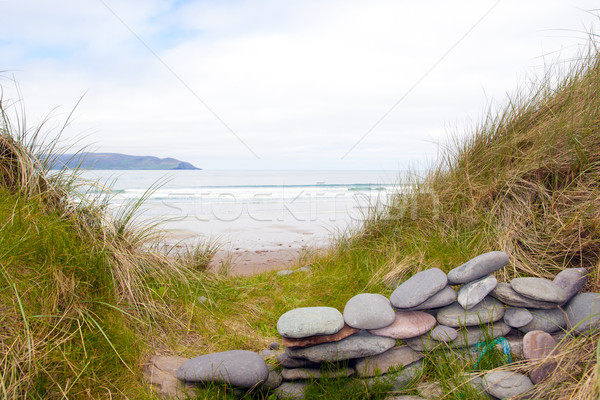 Taş duvar barınak güzel İrlandalı plaj gökyüzü Stok fotoğraf © morrbyte