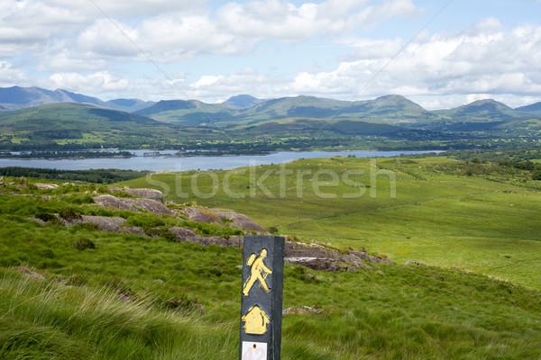 Kirándulás útjelző tábla hegyek hegy kilátás út Stock fotó © morrbyte