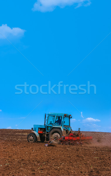 Tracteur domaine printemps agriculture ciel Photo stock © motttive