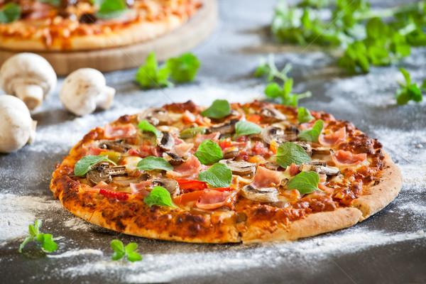 Para domowej roboty pizza pomidorów szynka Zdjęcia stock © mpessaris