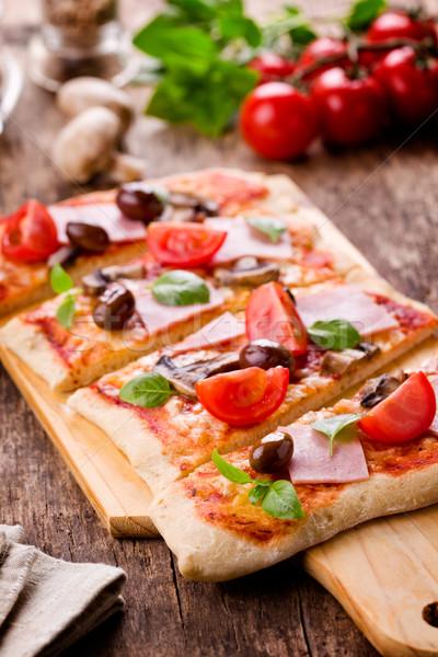 Pizza eigengemaakt vers tomaten olijven Stockfoto © mpessaris