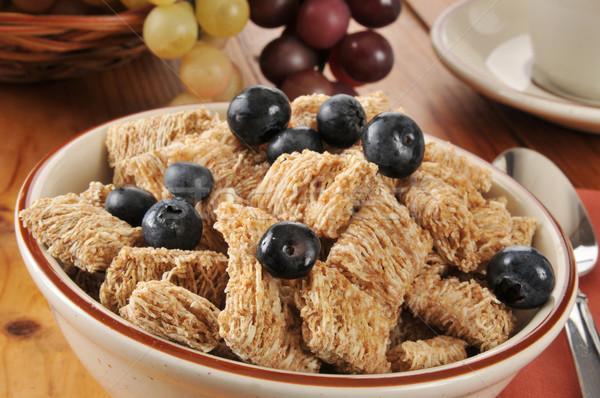 Teljeskiőrlésű búza gabonapehely tál reggeli gabonapehely áfonya étel Stock fotó © MSPhotographic