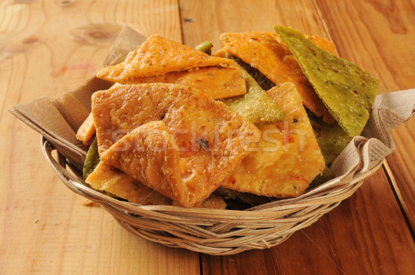 Vegetal tortilla batatas fritas cesta rústico mesa de madeira Foto stock © MSPhotographic