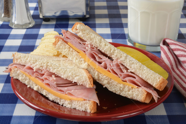 Ham sandwich picknicktafel kaas chips glas Stockfoto © MSPhotographic