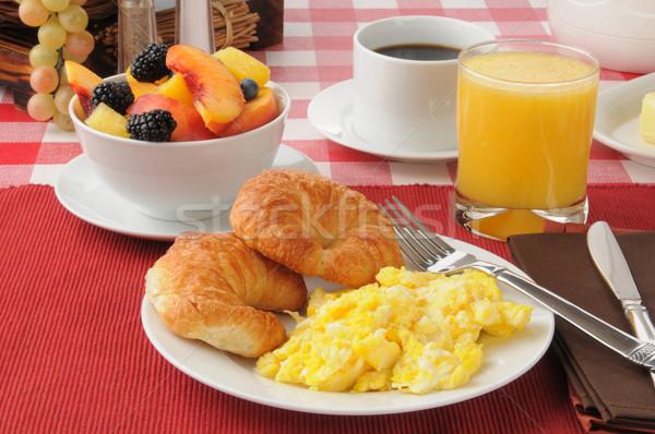 Rántotta croissantok gyümölcssaláta gyümölcs tányér szőlő Stock fotó © MSPhotographic