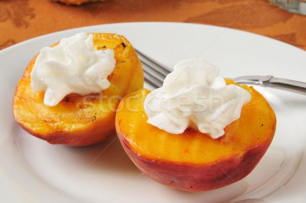 Gegrild perziken slagroom perzik voedsel plaat Stockfoto © MSPhotographic