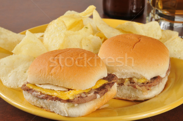 Cheeseburger batatas fritas cerveja beber garrafa álcool Foto stock © MSPhotographic