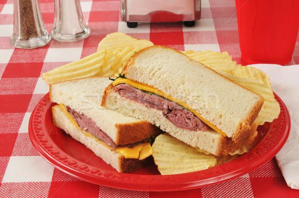 Rundvlees sandwich picknicktafel cheddar kaas chips Stockfoto © MSPhotographic