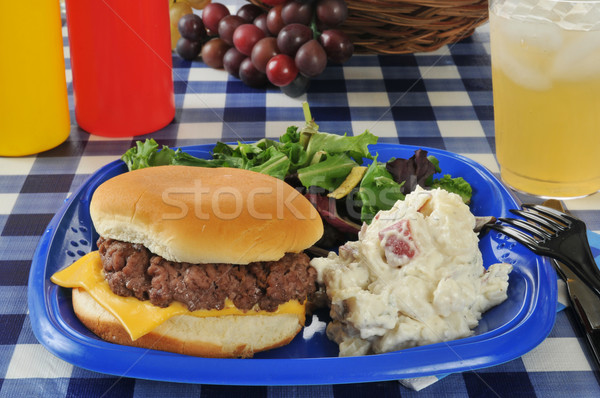 Cheeseburger salade de pommes de terre table boire plaque Photo stock © MSPhotographic