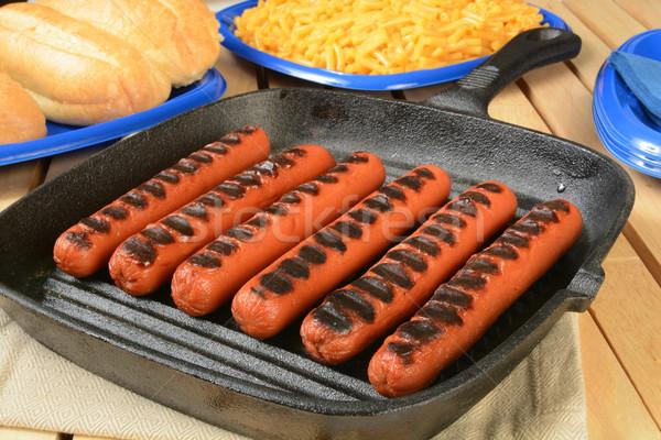 Alla griglia caldo cani ghisa maccheroni formaggio Foto d'archivio © MSPhotographic