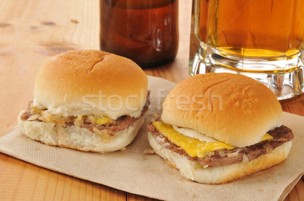 Cheeseburger birra mini formaggio burger cipolle Foto d'archivio © MSPhotographic