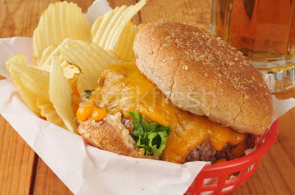 Cheeseburger batatas fritas cerveja cesta batatas fritas caneca Foto stock © MSPhotographic