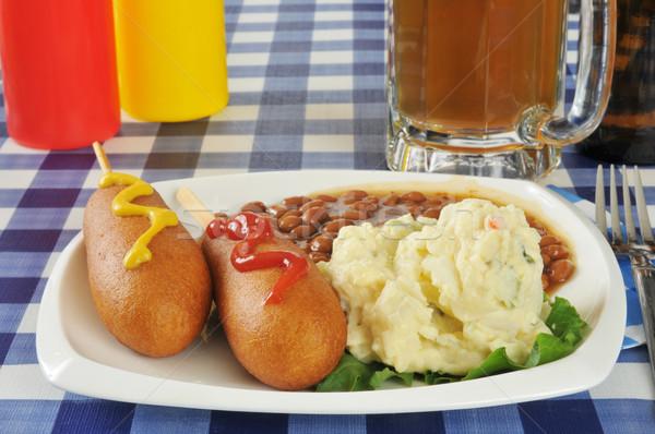 Mais honden picknicktafel aardappelsalade gebakken bonen Stockfoto © MSPhotographic