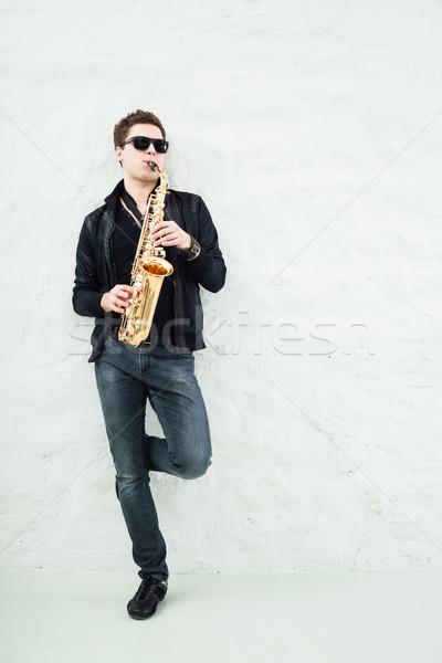 саксофон молодым человеком играет саксофон человека фон Сток-фото © mtoome
