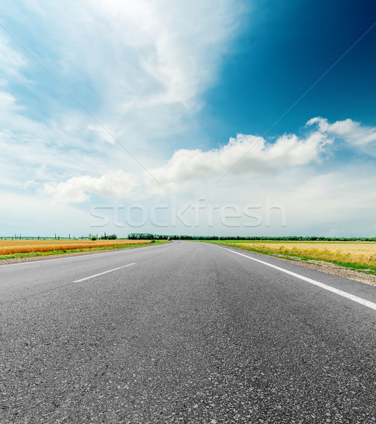 Zwarte asfalt weg wolken dramatisch hemel Stockfoto © mycola