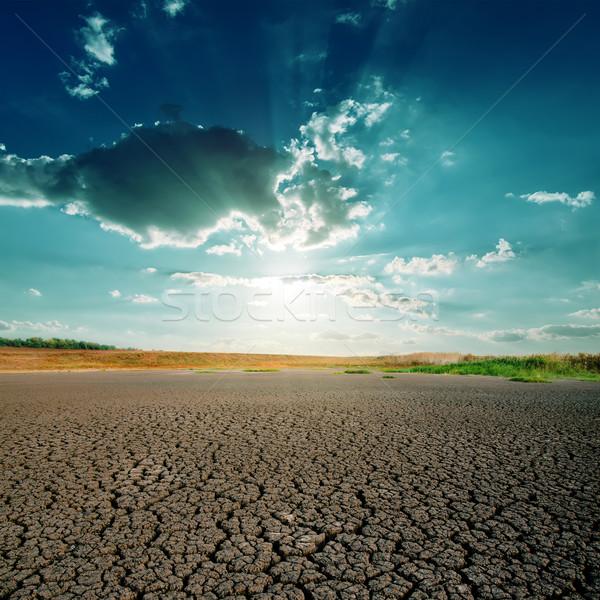 Opwarming van de aarde dramatisch hemel gebarsten aarde licht Stockfoto © mycola