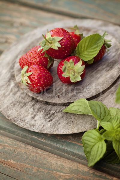 Fraîches fraises rustique bois fruits d'été printemps Photo stock © mythja