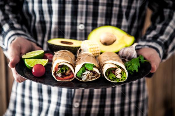 Homem tortilla lanches comida mexicana mãos madeira Foto stock © mythja