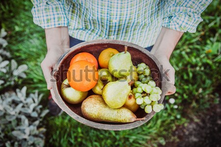Foto stock: Frutas · frescas · mãos · jeans · tigela · frutas · fruto