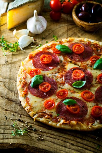 Vers pizza hout Italiaans kaas salami Stockfoto © mythja