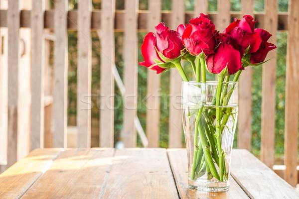 Mattina sole splendente rose rosse vaso stock Foto d'archivio © nalinratphi