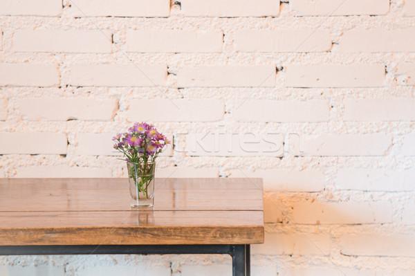Oda iç beyaz tuğla duvar ahşap masa stok Stok fotoğraf © nalinratphi