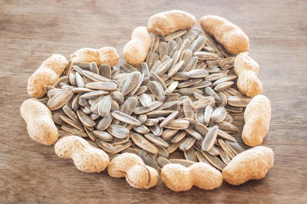Girassol amendoim sementes resistiu madeira estoque Foto stock © nalinratphi