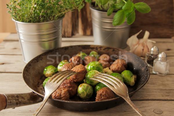 Húsgombócok káposzta bazsalikom serpenyő serpenyő fából készült Stock fotó © Naltik