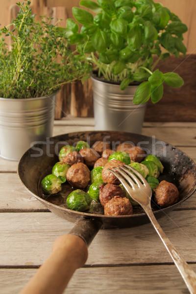 肉丸 捲心菜 羅勒 鍋 木 商業照片 © Naltik