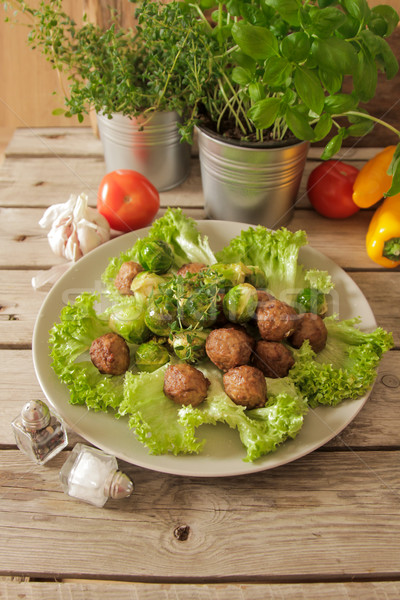 Húsgombócok káposzta saláta bazsalikom fából készült étel Stock fotó © Naltik