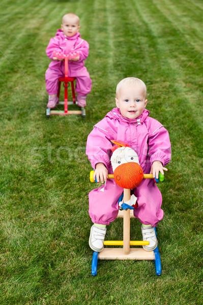 Kisgyermekek lovak kettő kicsi lánycsecsemők visel Stock fotó © naumoid