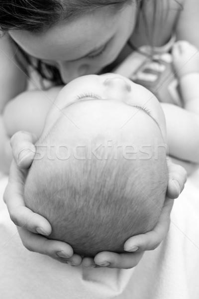 Gyereknevelés anya tart fej sekély fókusz Stock fotó © naumoid