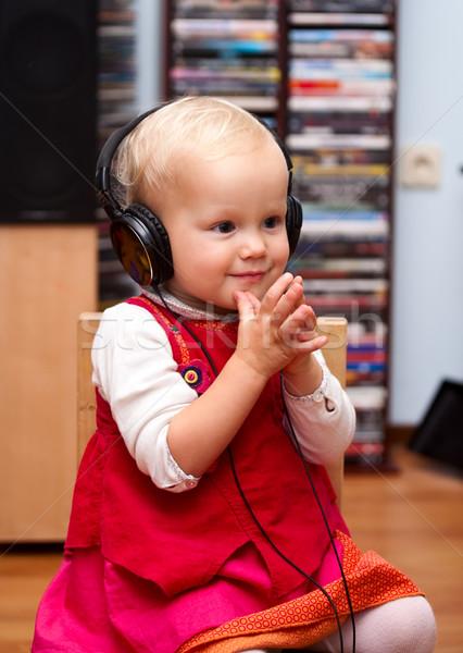 Kisgyerek fejhallgató aranyos kislány zenét hallgat kéz Stock fotó © naumoid