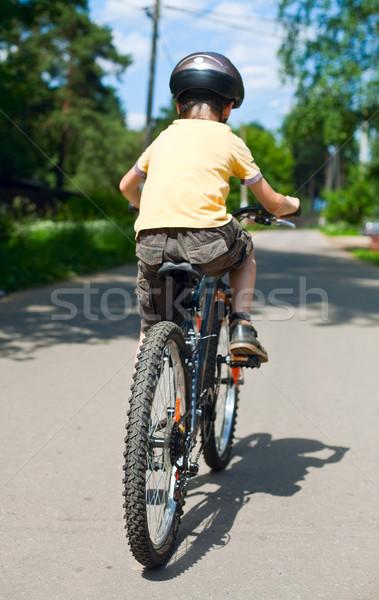Criança equitação bicicleta raso Foto stock © naumoid