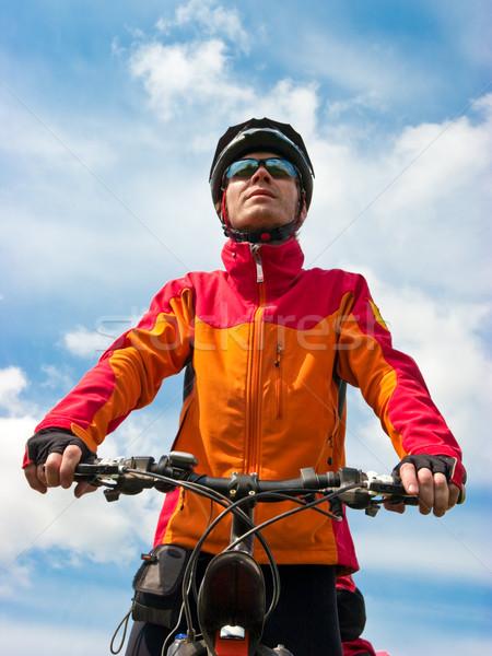 Bisikletçi portre yetişkin dağ bisikleti mavi gökyüzü yüz Stok fotoğraf © naumoid