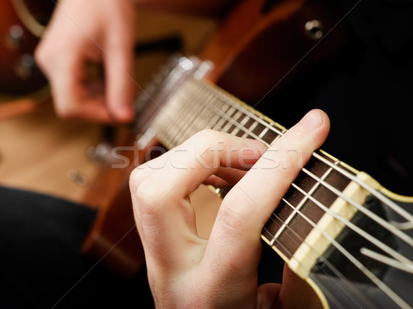 Játszik gitár zenész elektromos gitár sekély kéz Stock fotó © naumoid