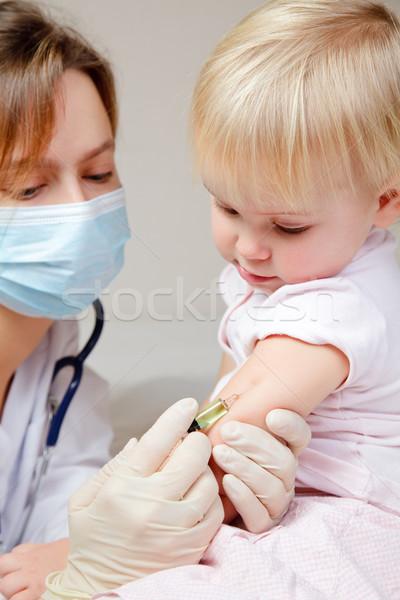 Foto stock: Pequeno · menina · injeção · médico · criança · braço