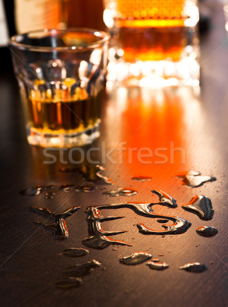 Oui alcool mot écrit whiskey table Photo stock © naumoid