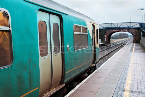 Gare train attente gare vert pont Photo stock © ndjohnston