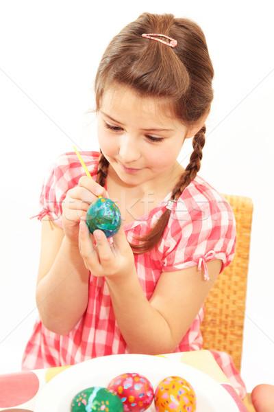 Kız boyama yumurta küçük kız easter egg Stok fotoğraf © ndjohnston