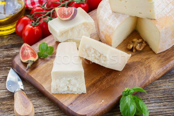Parmesan bois planche à découper tomates cerises alimentaire bleu Photo stock © neirfy