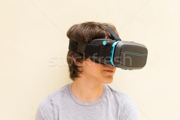 Tinédzser visel szemüveg virtuális telek közelkép Stock fotó © neirfy