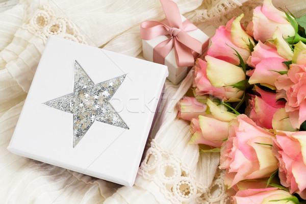 Stok fotoğraf: çiçekler · pembe · güller · buket · hediye · kutusu