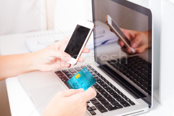 Compras on-line mãos telefone móvel cartão de crédito Foto stock © neirfy
