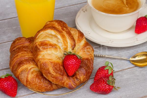 Stockfoto: Ontbijt · croissants · vers · bessen · aardbeien · tabel