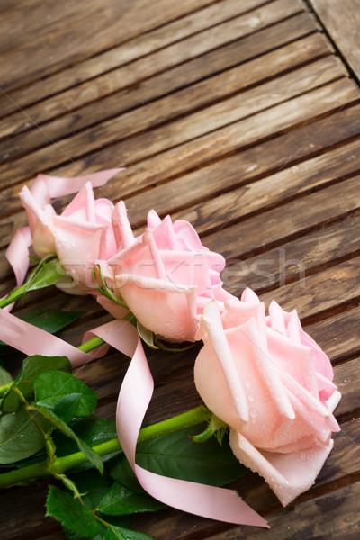 Foto d'archivio: Rosa · fioritura · rose · legno · nastro · tavolo · in · legno