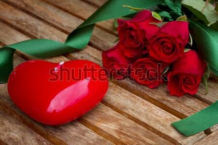 Día de san valentín rosas rojo corazón vela mesa de madera Foto stock © neirfy