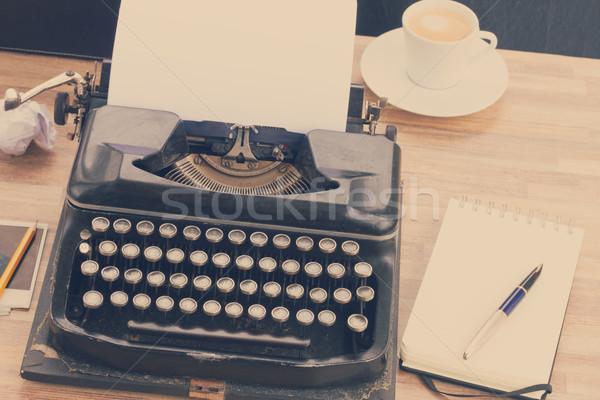Machine à écrire noir vintage vide blanche page Photo stock © neirfy